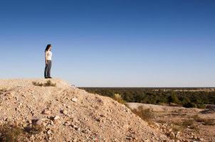 vrouw in landschap foto