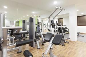 fitnessapparatuur in een sportschool foto