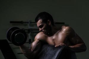 jonge man uit te werken biceps foto