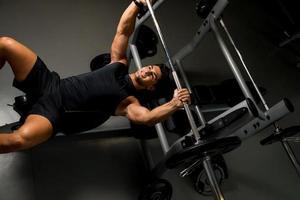 bovenaanzicht van jonge man Gewichtheffen foto