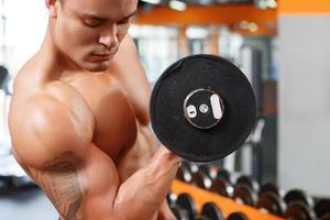foto van man tillen gewicht in de sportschool