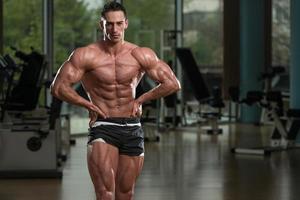 gespierde mannen buigen spieren