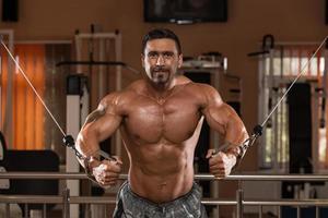 bodybuilder die borst uitoefent foto