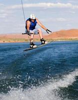 man wakeboarden op Lake Powell foto