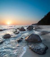 zee op een zonsopgang foto