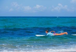 meisje met surfen foto