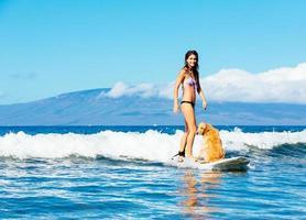 jonge vrouw surfen met haar hond foto