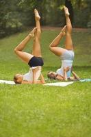 fitness klas. mooie jonge vrouwen die oefening doen in zomer park foto