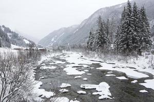 winterlandschap met mistig weer foto
