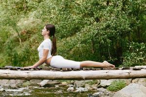 vrouw doet yoga in de natuur foto