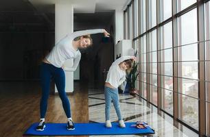 charmante familie brengt tijd door in de sportschool foto