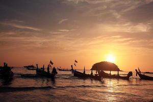 het strandlandschap van Thailand van de bootzonsondergang foto