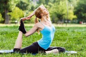 yoga-eka pada rajakapotasana / duivenhouding foto