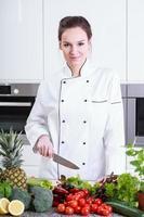 vrouw kok in de keuken