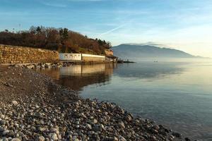 dorpslandschap met zee foto