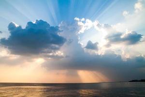 zee lucht en zonsondergang landschap foto