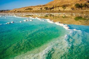 landschap met de kustlijn van de dode zee foto