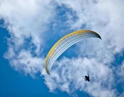 parachuter in de lucht foto
