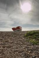 verlaten roeiboot op strand foto