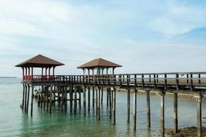 Indonesisch landschap met loopbrug en zee foto