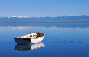 witte roeiboot, Tasman Bay, Nieuw-Zeeland foto
