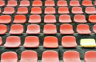rijen lege stoelen wachten op publiek