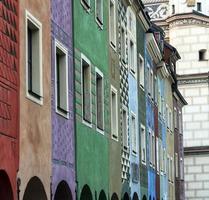 rij van kleurrijke oude huizen in poznan foto