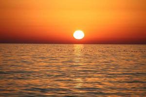 prachtig landschap met zonsondergang en zee foto