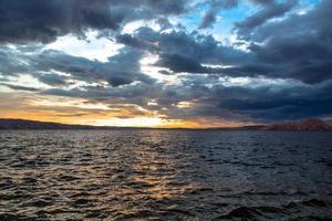 prachtig landschap met zee en wolken foto
