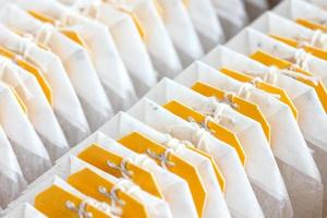 geel gelabelde theezakjes verpakt in een rij. foto
