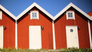 rode huizen in rij, met blauwe hemel foto