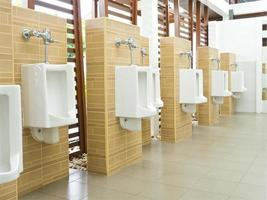 rij urinoirs in een openbaar toilet foto