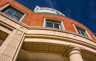 omhoog kijkend naar een flatgebouw in Boston, Massachusetts. foto