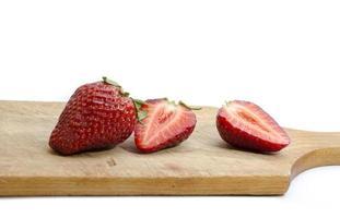 aardbeien op een rij geïsoleerd op witte achtergrond foto