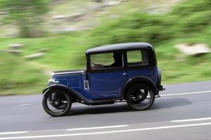 oude auto op snelheid foto