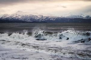 zonsondergang in de winter met golven foto