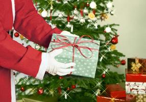 Kerstman met cadeau foto