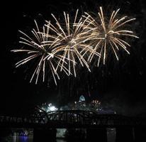 wit vuurwerk boven de skyline van cincinnati, drie grote diagonale uitbarstingen foto