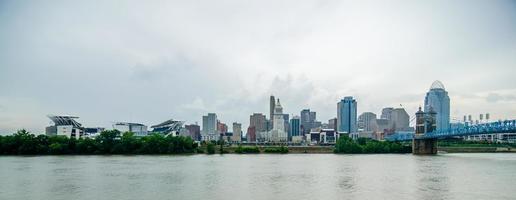 cincinnati skyline en historische john a. roebling hangbrug foto