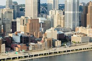 Pittsburgh stadsbeeld langs de Monongahela rivier in de late namiddag foto