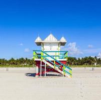badmeester cabine op leeg strand, miami beach, florida, usa