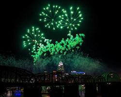 groen vuurwerk boven de skyline van cincinnati foto