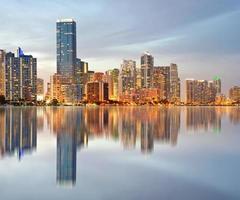 Miami Florida verlichte gebouwen bij zonsondergang