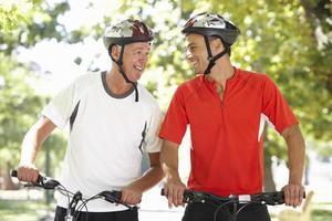 twee mannen fietsen door park foto