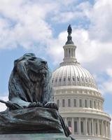 Capitol gebouw met leeuw standbeeld foto