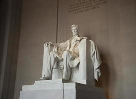 standbeeld van abraham lincoln bij het monument ter ere van hem foto