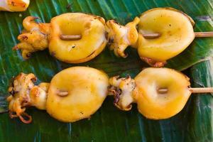 gegrilde inktvis op bananenbladeren foto