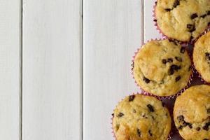 banaan chocolade muffins van bovenaf met een kopie ruimte foto