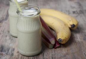smoothie van banaan en rabarber met yoghurt foto