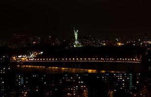 land oekraïne, kiev stad 's nachts. foto